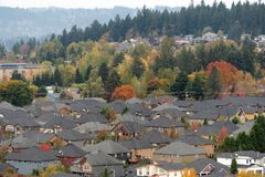 Vecindad residencial suburbana denso poblada imagen de archivo