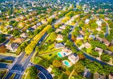 Vecindad suburbana curvada de la disposición moderna de las calles fuera de Austin Texas Aerial View Foto de archivo