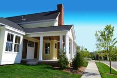 Vecindad suburbana a estrenar del hogar del sueño americano de Capecod Fotografía de archivo libre de regalías