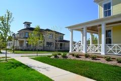 Vecindad suburbana a estrenar del hogar del sueño americano de Capecod Foto de archivo