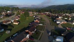 Vecindad típica de Pennsylvania del paso elevado aéreo metrajes