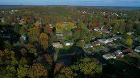 Vecindad típica de Pennsylvania del paso elevado aéreo en otoño almacen de metraje de vídeo