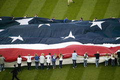Veckla ut av den gigantiska amerikanska flaggan Arkivfoto