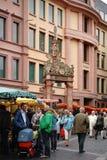 Veckomarknad på marknadsbrunnen Mainz Arkivfoton