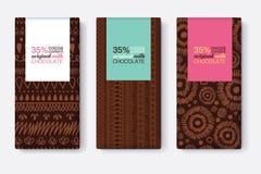 Vecteur Brown foncé réglé des designs d'emballage de barre de chocolat avec les modèles tribals modernes d'Ikat et les cadres col Images libres de droits