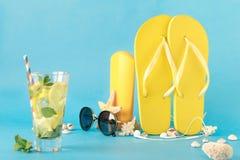 vecteur coloré d'été d'illustration de fond Cocktail d'été d'accessoires de plage Image libre de droits