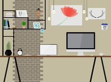 Vecteur intérieur dans l'espace de grenier avec le mur de briques de vintage espace de travail avec l'ordinateur en bois de table Images libres de droits