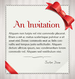 Invitaion avec l'arc et le ruban rouges Photo libre de droits