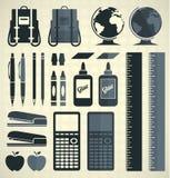 Vecteur réglé : Silhouettes et icônes de fournitures scolaires Image libre de droits