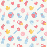 Vector безшовная картина младенца с игрушками, smileys, bottel, носками, Хартами и цветками на белизне Стоковая Фотография