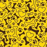 Vector безшовной плоской нарисованная рукой картина собаки с косточками, сердцами, размерами трассировки лапки различными изолиро Стоковые Фото