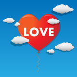 Vector воздушный шар сформированный сердцем летая над небом Стоковые Фотографии RF