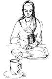 Vector девушка эскиза красивая выпивая на таблице в кафе Стоковое Фото