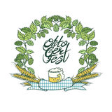 Vector изолированное пиво кружки Oktoberfest иллюстрации эскиза ретро, рамка венка от хмелей и ухо пшеницы Лента с Стоковые Фотографии RF