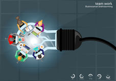 Vector идеи метода мозгового штурма бизнесмена для светлые компьютер-книжки, передвижная ручка таблетки, карандаш, дневник, файлы стоковые фото