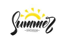 Vector рукописный тип состав щетки литерности летних каникулов с нарисованным рукой солнцем текстурированным краской Стоковое Изображение RF
