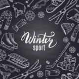 Vector спортивный инвентарь нарисованный рукой зимы и атрибуты на черной доске с местом для текста в центре бесплатная иллюстрация