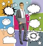 Vector al hombre con el ordenador portátil en su discurso del handsr y de la burbuja stock de ilustración