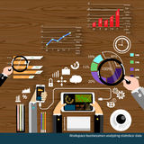 Vector al hombre de negocios de los lugares de trabajos que analiza diseño plano de los datos estadísticos Fotos de archivo libres de regalías