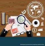 Vector al hombre de negocios del espacio de trabajo que analiza diseño plano de los datos estadísticos Imagenes de archivo
