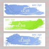 Vector bandeiras imprimíveis com as penas tiradas mão com curso e etiquetas artísticos da escova Fotos de Stock