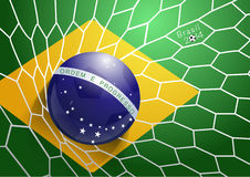 Vector a bola de futebol na rede com bandeira de Brasil Foto de Stock Royalty Free