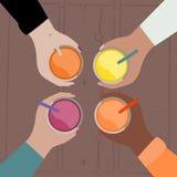 Vector bunte Illustration von Fruchtcocktails in den Händen mit VI Lizenzfreie Stockfotos
