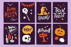 Vector a coleção de cartões e de flayers da celebração de Dia das Bruxas dos desenhos animados com rotulação e os animais engraça Imagem de Stock