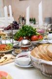 Tabla con la comida imágenes de archivo libres de regalías
