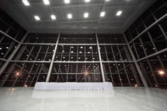 Vector cubierto con el mantel blanco en pasillo Foto de archivo libre de regalías