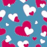 Vector das nahtlose Muster, das mit den roten und weißen Herzen auf einem blau-grauen Hintergrund genäht wird Scrapbooking-Papier Stockfoto