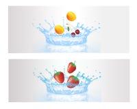 Fruta fresca en el agua del chapoteo Imagen de archivo libre de regalías