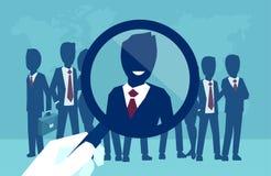 Vector de una mano de proceso del reclutamiento corporativo que enfoca con el candidato electo de la cosecha de la lupa libre illustration