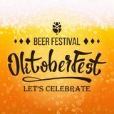 Vector del festival de la cerveza de Oktoberfest Ciérrese encima de la cerveza con espuma y burbujas Diseño moderno de la celebra ilustración del vector