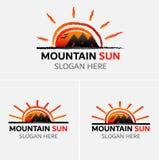 Vector del logotipo de las montañas del Grunge con los iconos del sol fotos de archivo