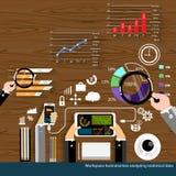 Vector den Arbeitsplatzgeschäftsmann, der flaches Design der statistischen Daten analysiert Lizenzfreie Stockfotos