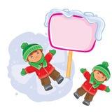 Vector den kleinen Jungen, der auf dem Schnee liegt und einen Schneeengel macht stock abbildung