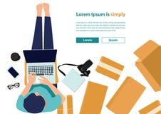 Vector die Frauen, die Laptop-Computer auf Boden mit Postpaket Arbeits sind Lizenzfreie Stockfotografie