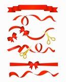 Vector die Illustration von roten Bändern mit schöner dekorativer Bogensammlung mit goldenen Scheren, lokalisiert auf Weiß vektor abbildung