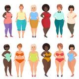 Vector die schöne Karikatur, die plus Größenfrau im zufälligem, des Bikinis, modernen und des Abends Kleid glücklich und gelächel lizenzfreie abbildung