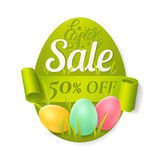 Vector el cartel de la venta de Pascua con los huevos coloreados, la hierba y la cinta verde