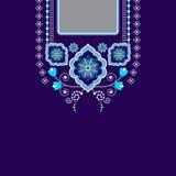 Vector el diseño para las camisas del cuello, las blusas, camiseta Cuello étnico de dos flores de los colores Frontera decorativa fotografía de archivo