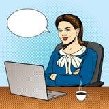 Vector el ejemplo cómico del estilo del arte pop del color de una mujer de negocios que se sienta en el ordenador libre illustration