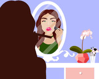 Vector el ejemplo con la muchacha que hace tutorial del maquillaje en la tabla de la vanidad, el espejo y el producto de los cosm Foto de archivo