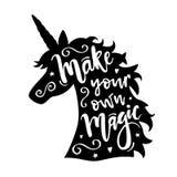 Vector el ejemplo de la cabeza del unicornio que la silueta con hace su propia frase mágica ilustración del vector