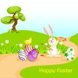 Conejito que pinta el huevo de Pascua feliz