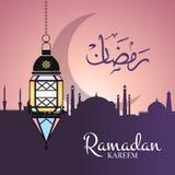 Vector el ejemplo del Ramadán con la linterna de la ejecución y la silueta árabe de la ciudad stock de ilustración