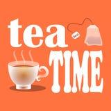 Vector el ejemplo del té de consumición del tiempo con las bolsitas de té, la taza blanca y un lema en un fondo anaranjado Imágenes de archivo libres de regalías