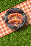 Vector el ejemplo realista 3d de la salchicha asada a la parrilla en parrilla de la barbacoa Menú del Bbq, comida campestre en di Fotos de archivo