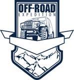 Vector Emblem mit Wald des Autos 4x4 und der Berge nicht für den Straßenverkehr Lizenzfreies Stockfoto